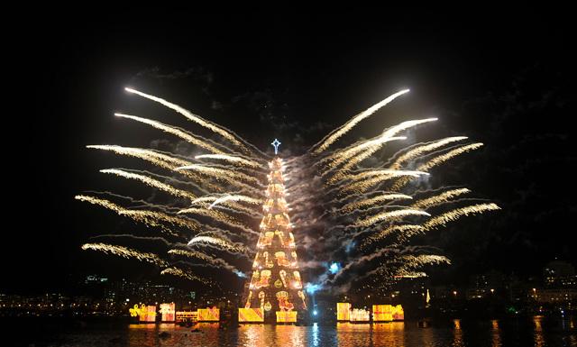 Самая красивая елка в мире (новогодняя жива или искусственная)