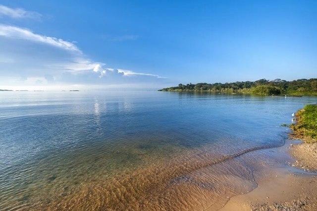 Какое самое крупное в мире озеро и насколько оно большое?