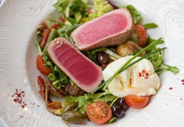 Самые популярные салаты в ресторанах, из чего их готовят