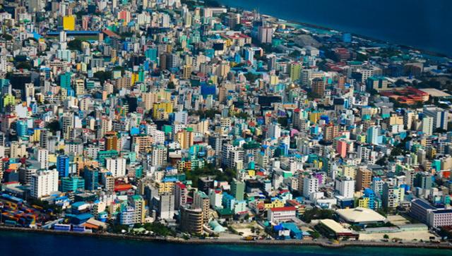 Какая самая маленькая в мире страна по территории и населению?