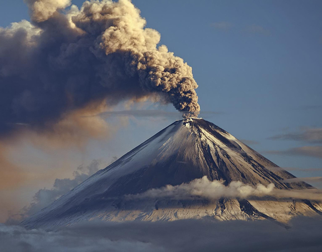 Какой самый высокий и большой вулкан в россии (действующий и спящий)